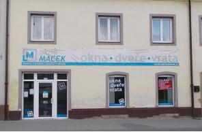 Vstup do pobočky Okna Macek Plzeň